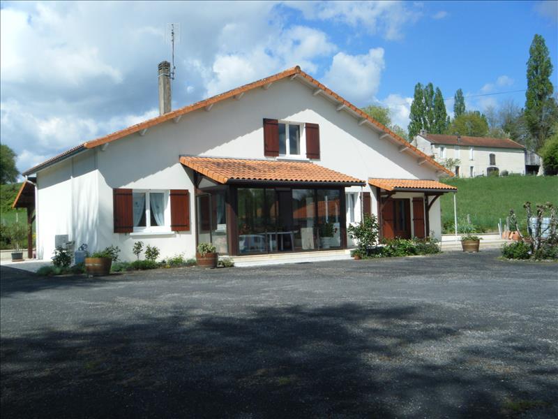 Maison CHALAIS - 6 pièces  -   160 m²