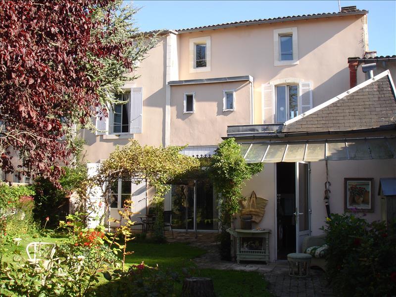 Maison ST JEAN D ANGELY - 9 pièces  -   220 m²