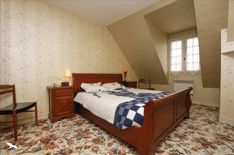 Maison ST GENOUPH - 8 pièces  -   185 m²