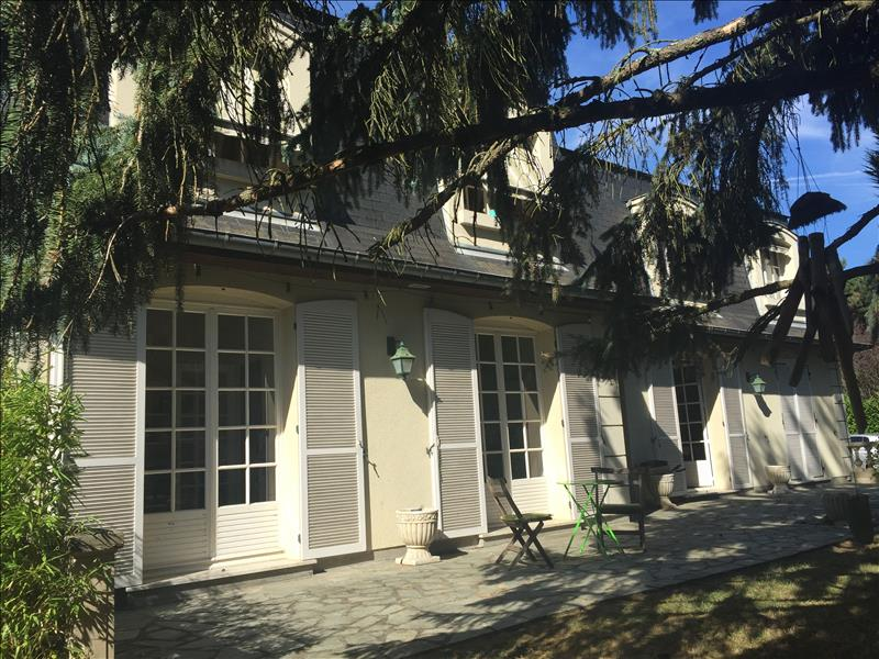 Maison MAULE - 12 pièces  -   230 m²