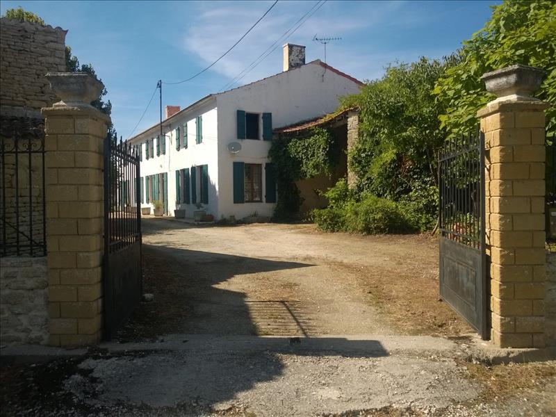 Maison GENOUILLE - 6 pièces  -   200 m²